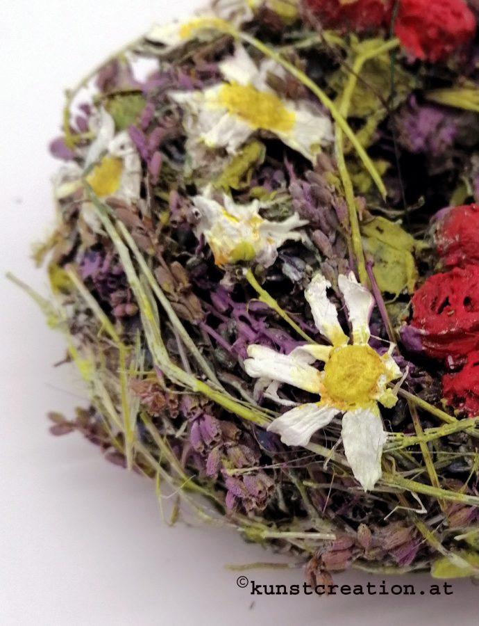 Röschen im Margariten- Lavendelkranz